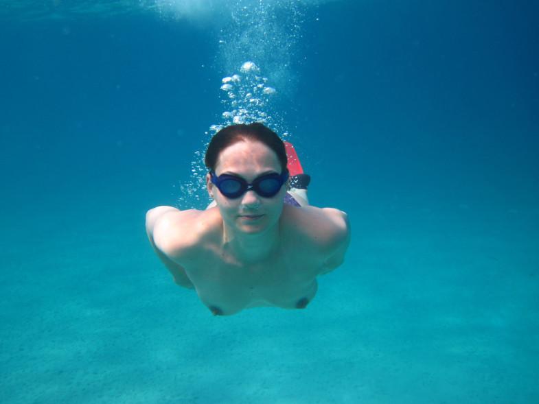 Чувиха позирует в море абсолютно обнаженная