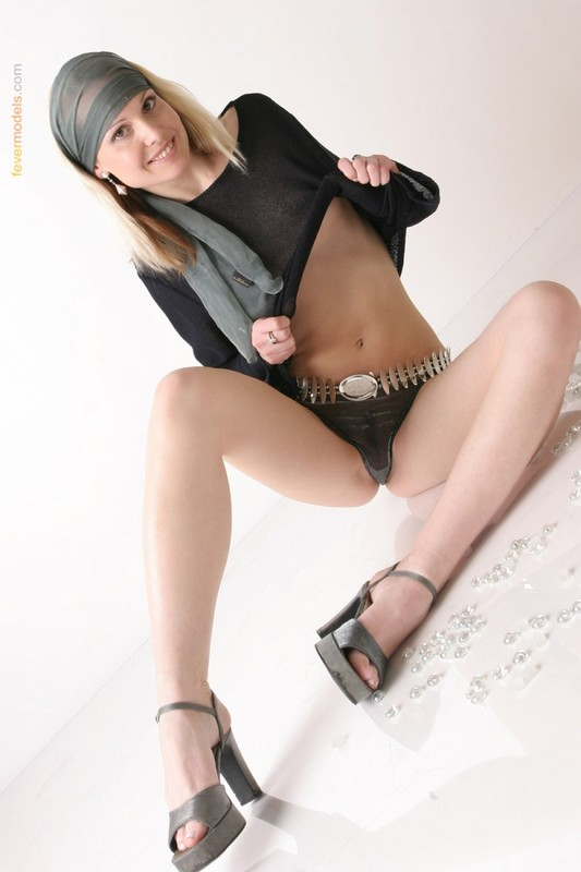 Вдова Эвелин показывает писю присев на пол секс фото