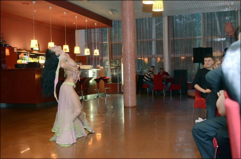 Танцовщица почти всегда выступает в эротичных нарядах