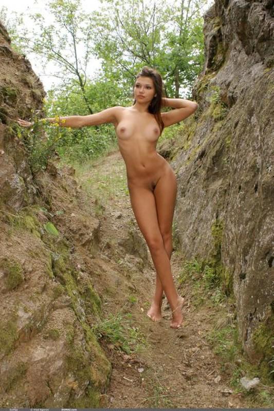 Зульфия без белья гуляет в горах