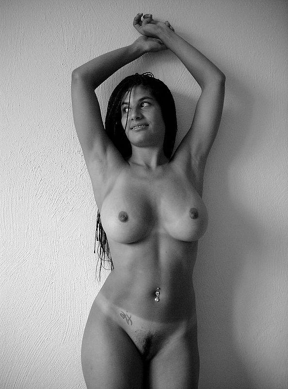 Индийская модель блистает гигантской грудью в номерах