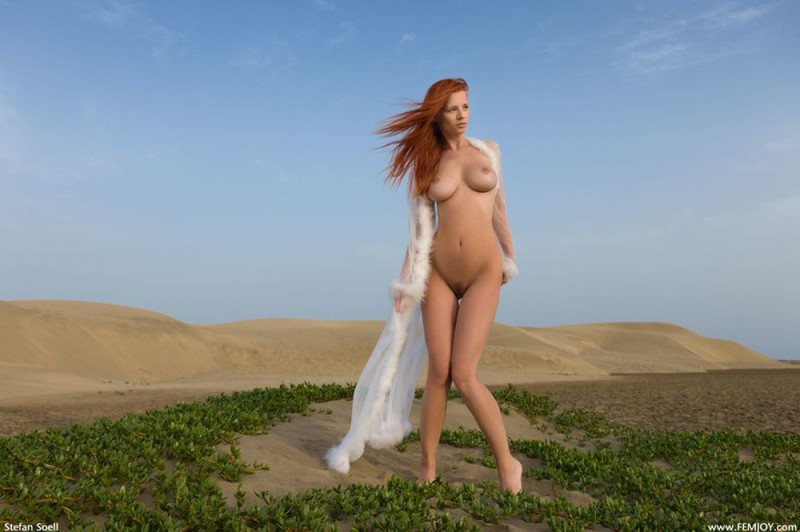 Ариэль нашла оазис в пустыни и там оголилась