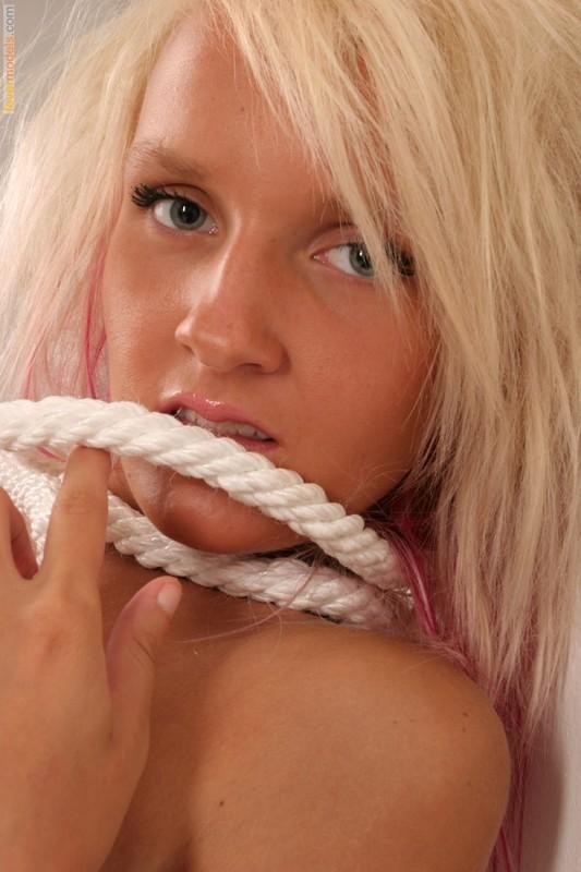 Карина в студии обмотала веревкой милое тело