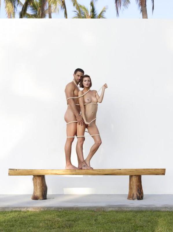 Флора и Алекс без трусиков балуются на лавочке в Майами