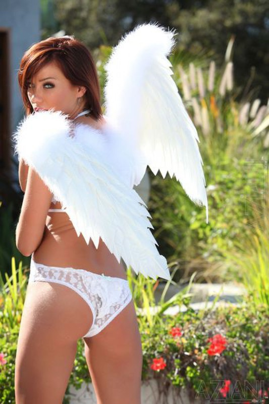 Сексуальный ангелочек фоткается в общественном месте в белом белье секс фото