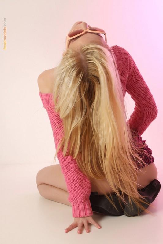 Триша стала на четвереньки на розовом полу секс фото