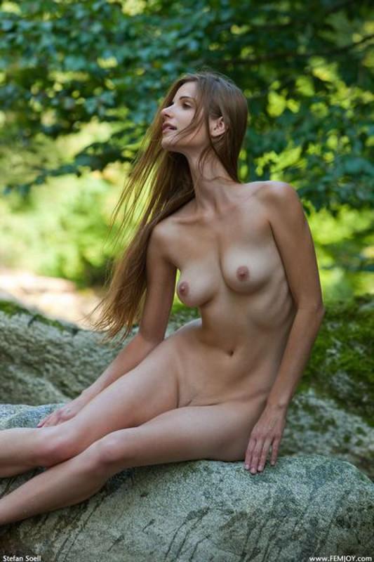 Худая Леночка с упругой попкой охлаждается в тени