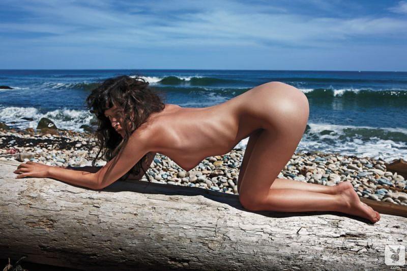 Звезда плейбоя по имени Лана валяется на песке
