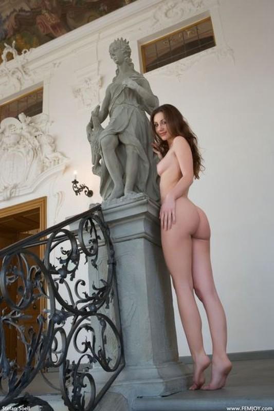 Мэрион жаждет гулять по замку без трусиков и одежды