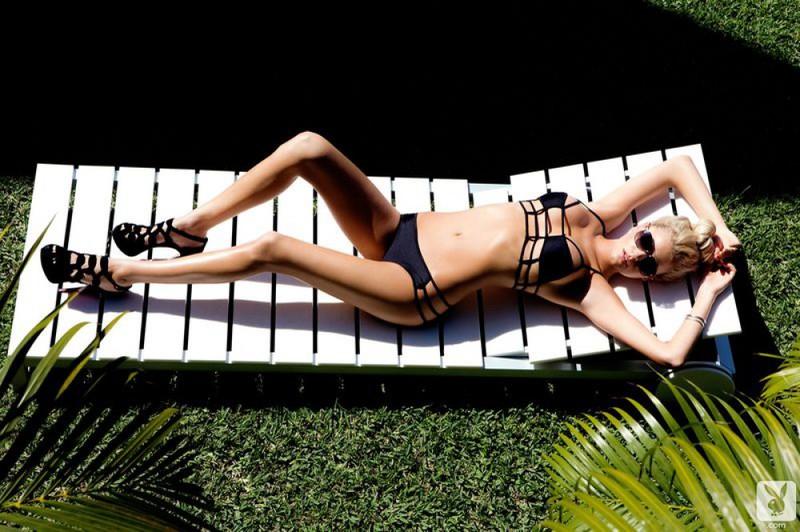 Кристен показывает голое тело на тропическом острове