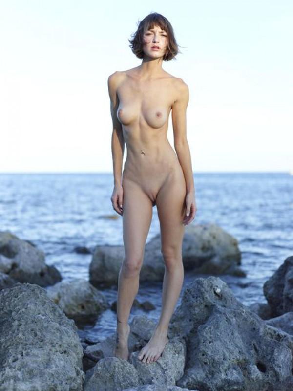 Изящная Флора расселась на прибрежных камнях