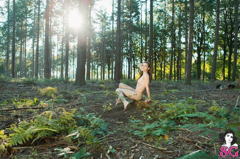 Красоточка вышла с утра в лес чтобы там полностью снять всю одежду