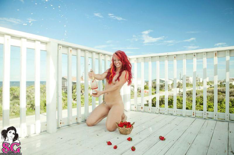 Огненно-рыжая сучка обнажилась на летней террасе