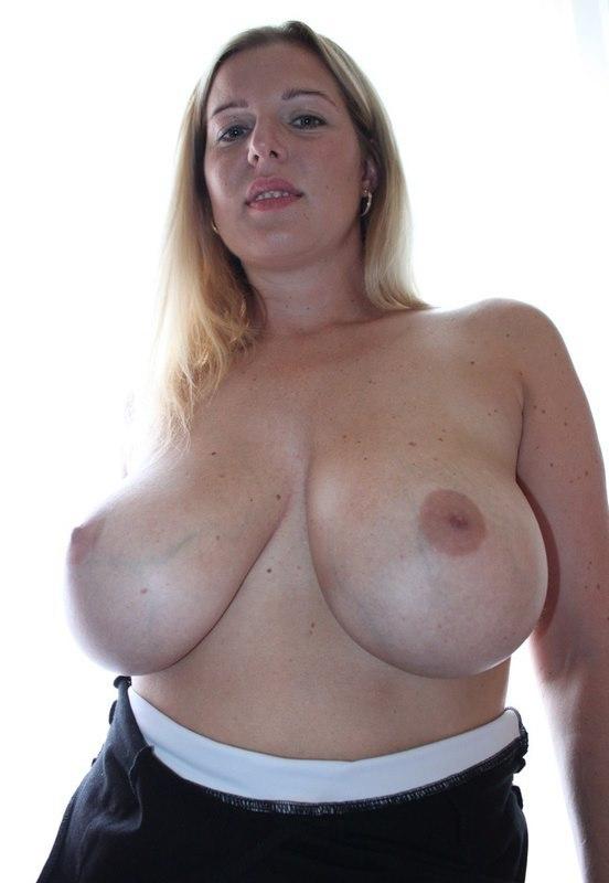Блондинка стала рядом с окном и засветила крупные груди