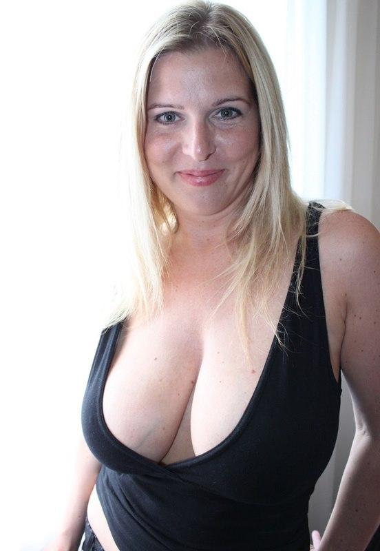 Блондинка стала у окна и показала гигантские сиськи