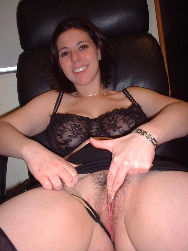 Сисястая брюнетка разминает киску руками перед половым актом