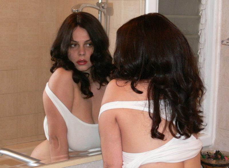 Пышногрудая брюнетка в ванне намочила свою одежду секс фото