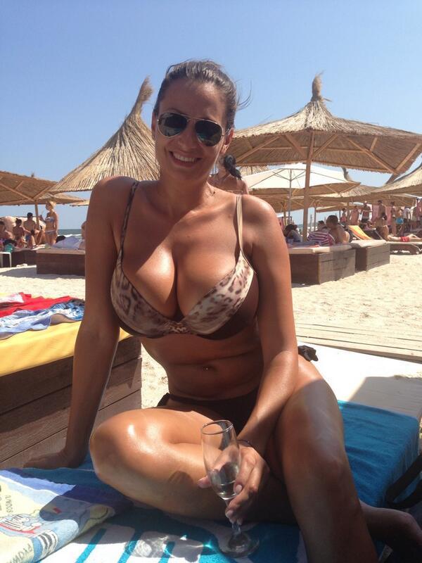 Кобыла на пляже греет большие дойки