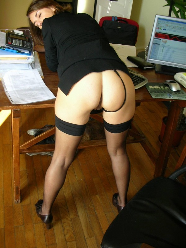 Раскрепощенная секретарша не против заняться шалостями на работе