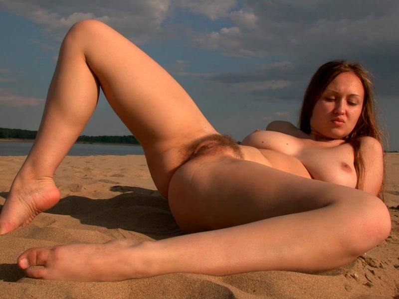 Девчонка без купальника легла на теплый песок