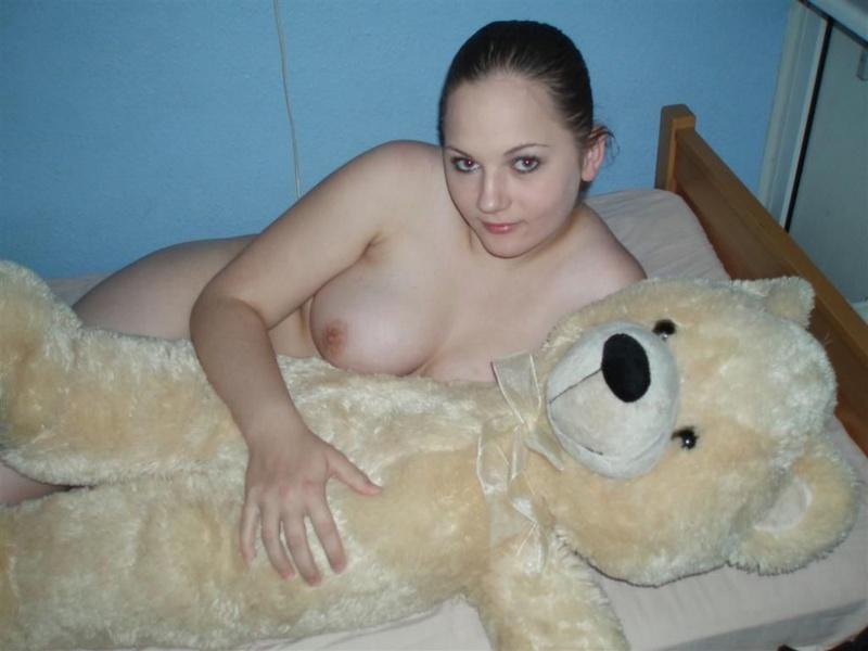 18-летняя толстуха обнажает у себя дома крупные груди