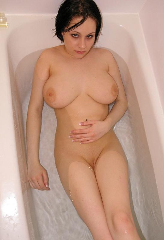 Сидя в ванне грешница светит огромными сиськами