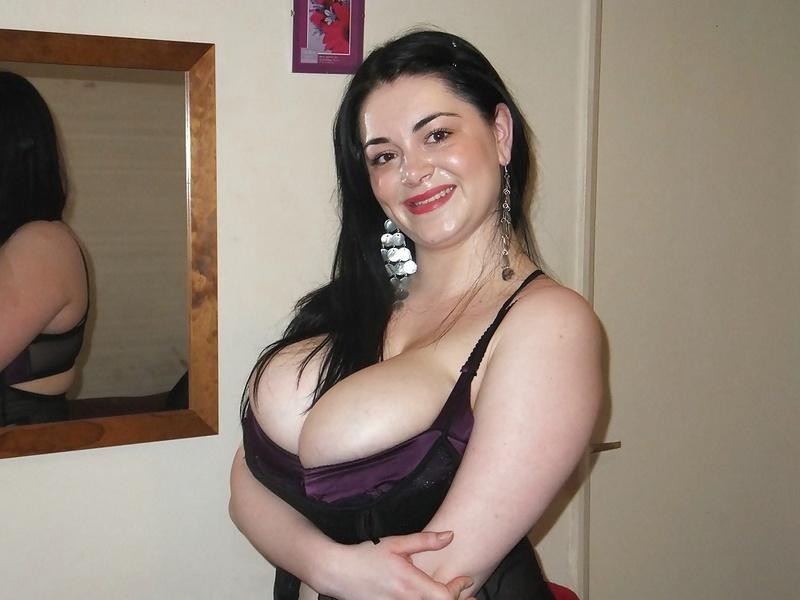 Брюнетистая женщина в отеле засветила гигантские бидоны