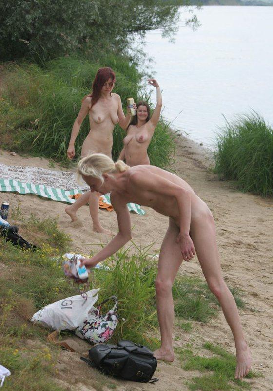 Пышногрудая нудистка пришла на пикник на песке