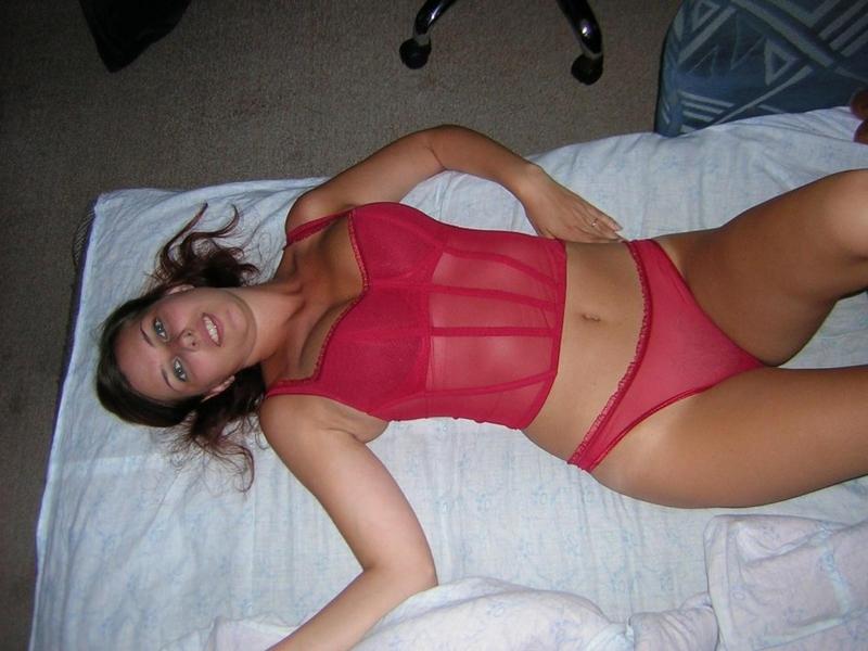 Титькастая баба лежит на лежанке в трусах и чулках секс фото
