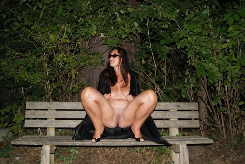 Баба залезла на скамейку без трусов