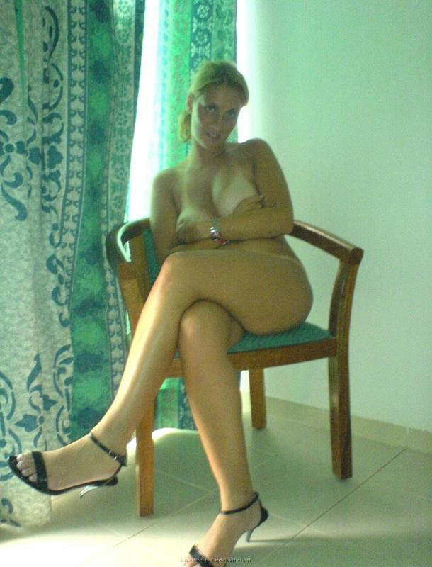 Мадам с огромными грудями засветила следы от загара