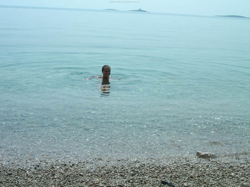 Сисястая леди плавает без трусиков на диком пляже