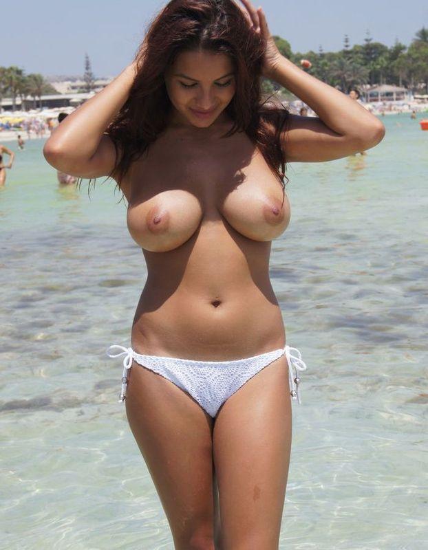 Большегрудая Катюха купается на море топлес