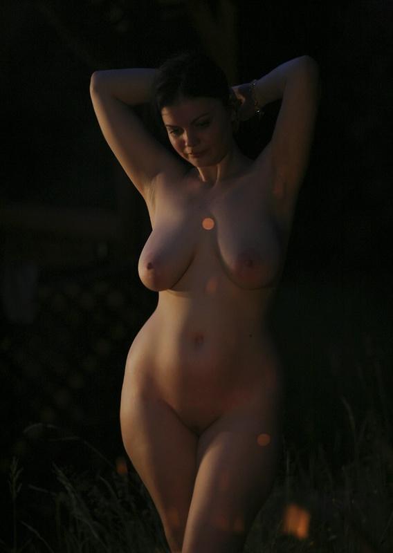 Зазноба Греет Большие Буфера У Костра Порно И Секс Фото С Большими Титьками
