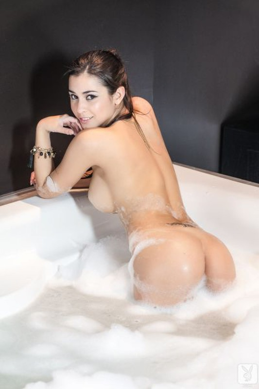 Звезда плейбоя купается под душем