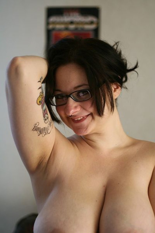 Татуированная училка после работы показывает большие титьки