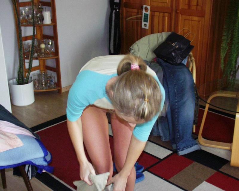 Нежная студентка у себя дома снимает бикини и задирает футболку