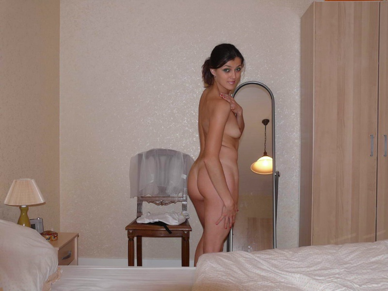 Представительница слабого пола сняла номер в гостинице чтобы играть с голым телом