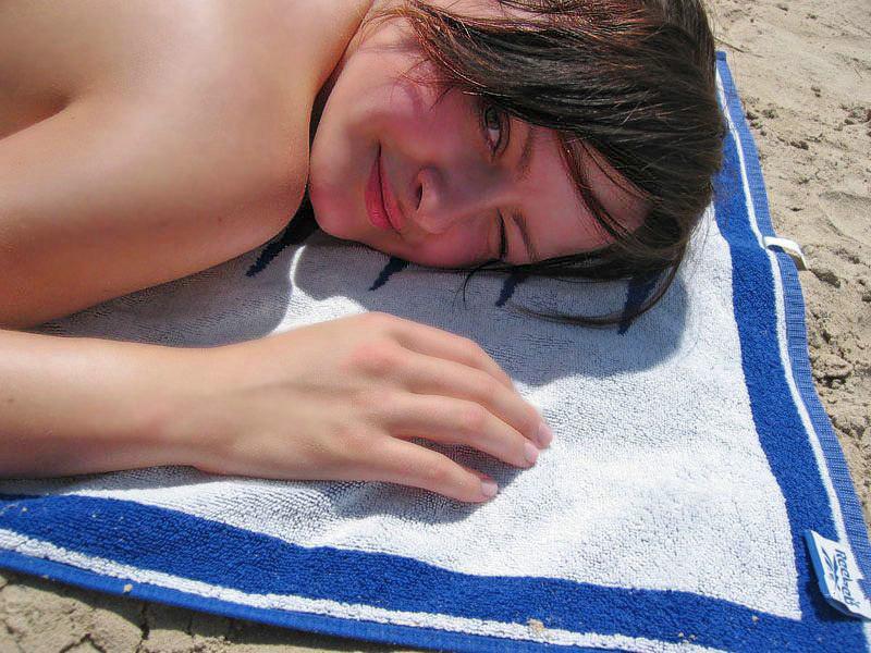 Лиза играет на пляже лишь в розовых стрингах секс фото