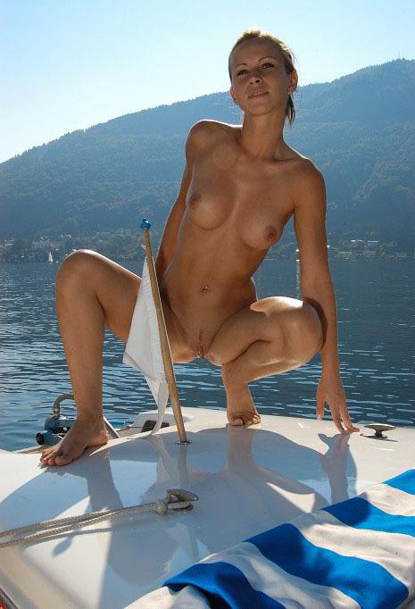 Стриженная давалка балуется на яхте без купальника