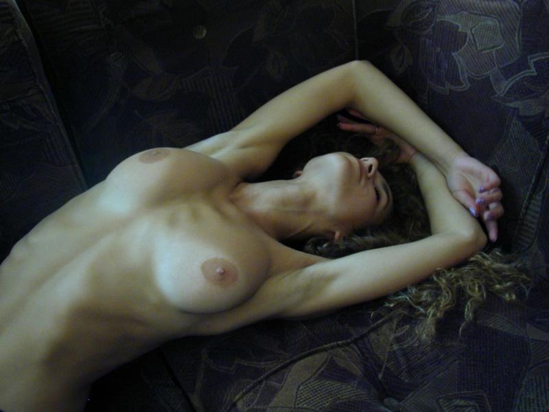 Кудрявая красотка напилась и оголила сиськи на диване