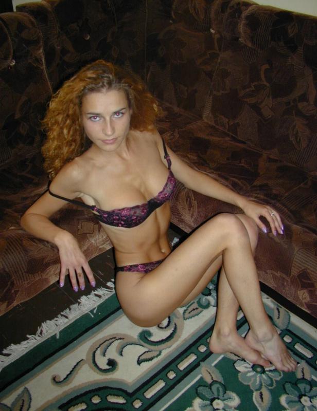 Кудрявая красавица напилась и показала сисечки на диване