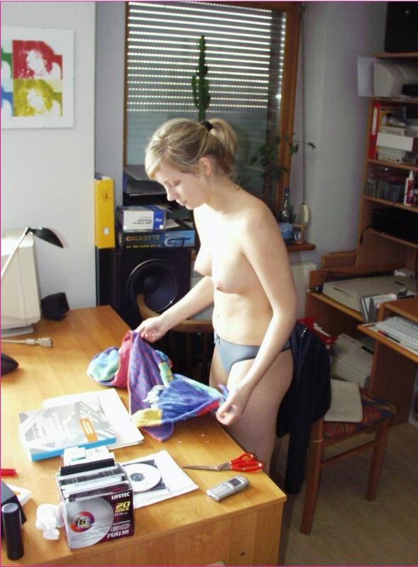 Нимфоманка без одежды наклоняется рачком в зале