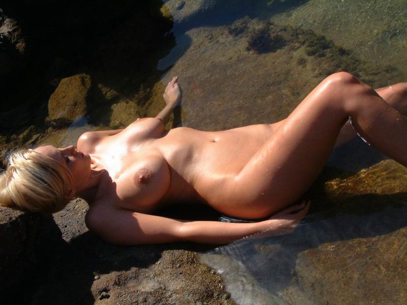 Светловолосая девушка с идеальными буферами проводит день у реки