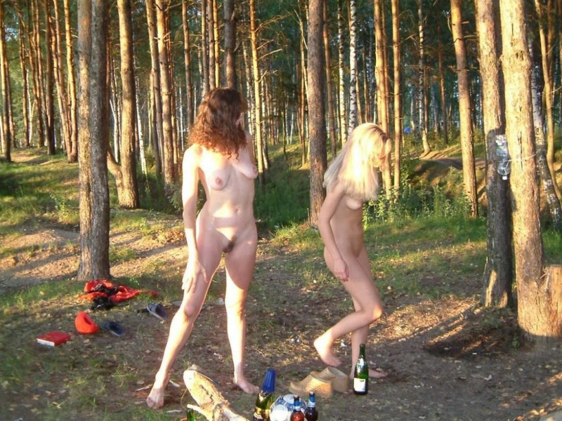 Голые лесби отдыхают в лесу