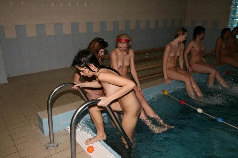 Группа раздетых девочек плавает в бассейне