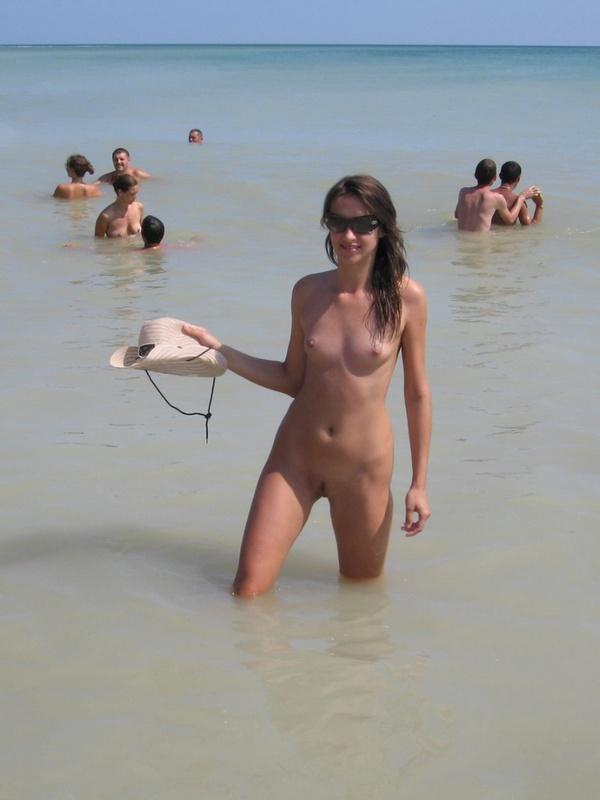Красотка на нудистском пляже не решается войти в воду