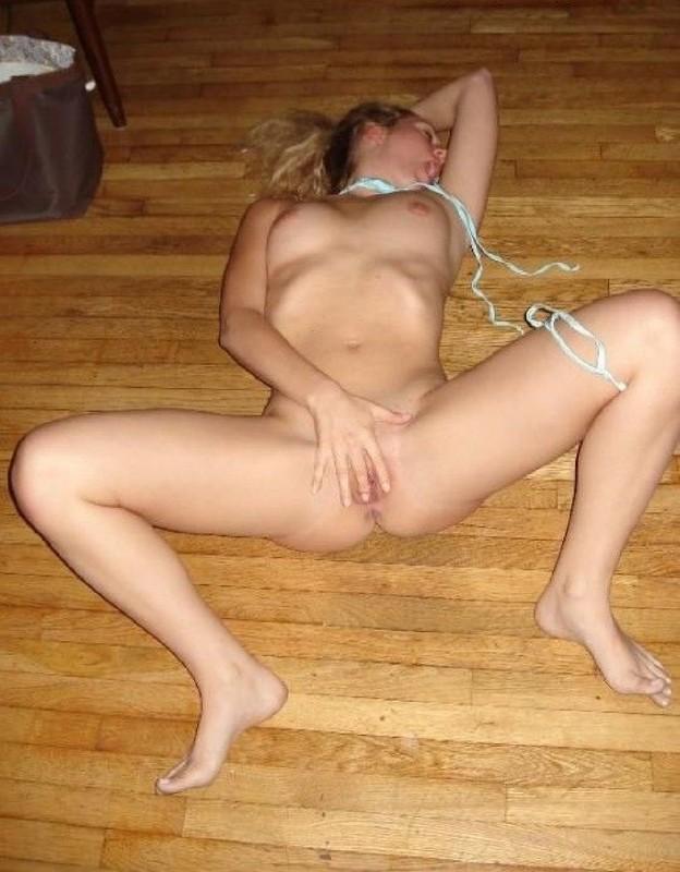 Девка сняла бикини лежа на полу смотреть эротику