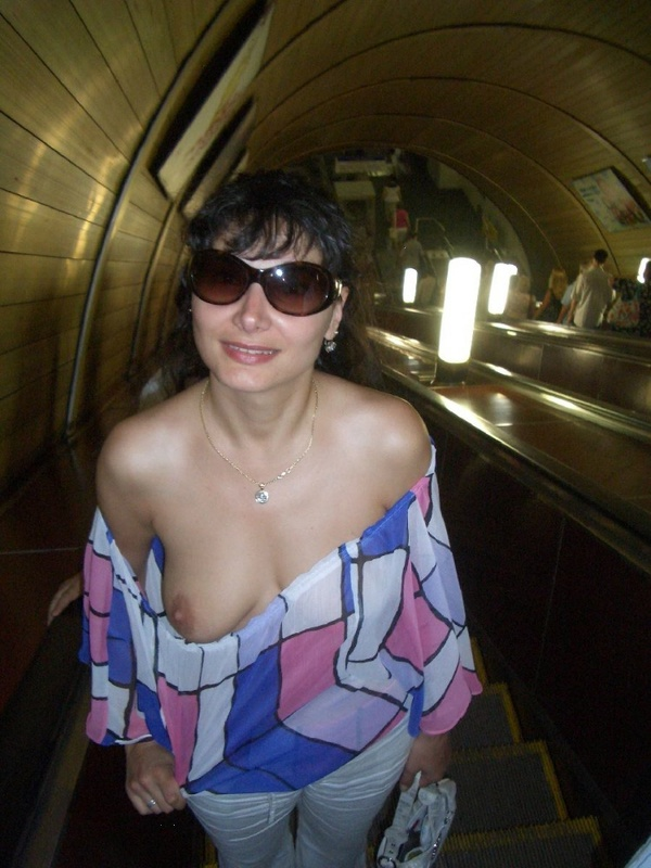 Зрелка показала сиську в метро секс фото