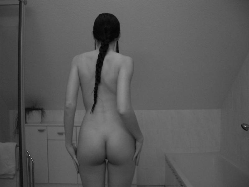 Длинноволосая девка фоткается без нижнего белья после мастурбации